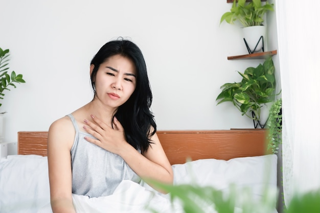 호흡 문제 인후통으로 고통받는 아픈 아시아 여성