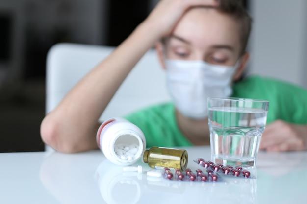 집에서 아픈 소년. 코로나 바이러스 중지