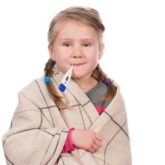 Bambino malato con un termometro su uno spazio bianco