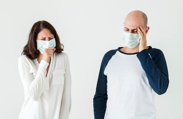 サージカルマスクを身に着けている病気のカップル