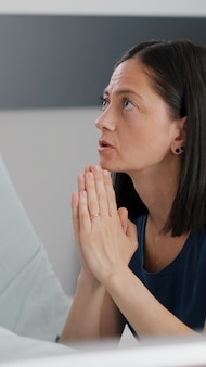 病気の治療を祈る母親を心配しながら、健康管理手術後に眠っている病気の娘