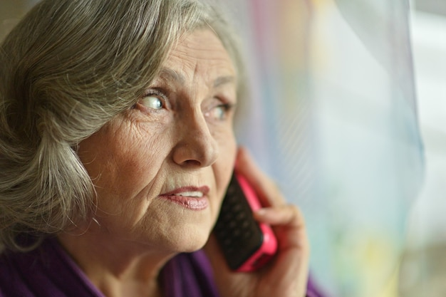 집에서 전화를 거는 아픈 할머니
