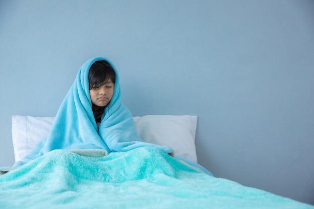 Больная девушка в кровати