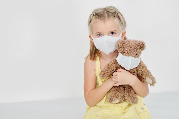 医療マスクで病気の女の子