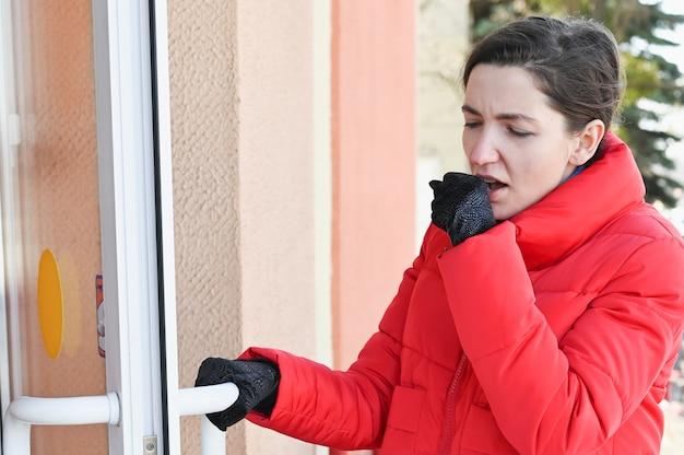 病気の女の子がドアを開けます。