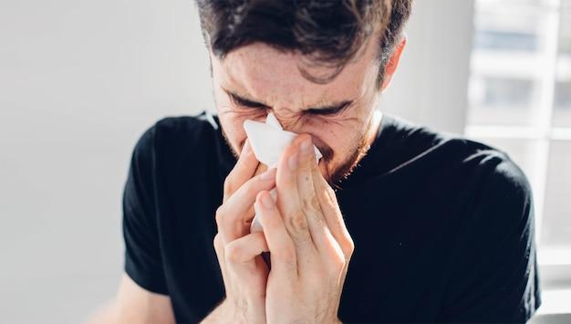 孤立した病人は鼻水が出ています。