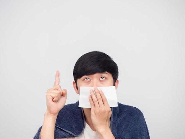 아픈 남자 아시아 흰색 배경 위로 조직 포인트 손가락으로 그의 코를 닫습니다