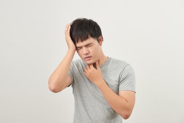 아픈 사람은 흰색 배경에 고립 된 목이 아프다