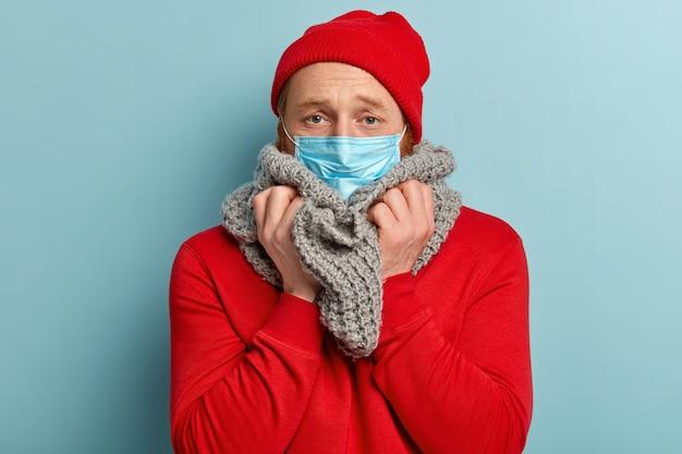 마스크와 따뜻한 옷에 아픈 사람