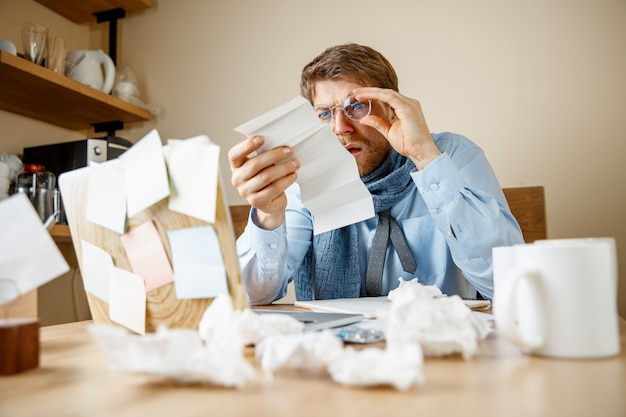 사무실에서 근무하는 처방 약을 읽는 아픈 사람, 사업가 감기, 계절 독감에 걸렸습니다. 유행성 인플루엔자, 질병 예방, 질병, 바이러스, 감염, 체온, 발열 및 독감 개념