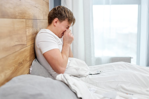 自宅のベッドに横たわっている19の症状、高熱、咳に苦しんでいる病人は、通常の生活を送ることができず、自己隔離する必要があります