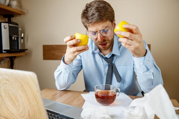 사무실에서 일하는 동안 아픈 남자, 사업가 감기, 계절 독감에 걸렸습니다.