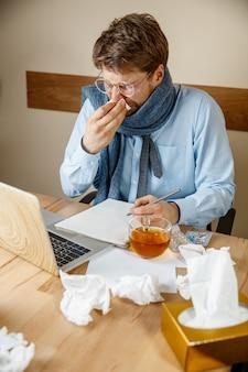 Больной человек во время работы в офисе, бизнесмен простудился, сезонный грипп.