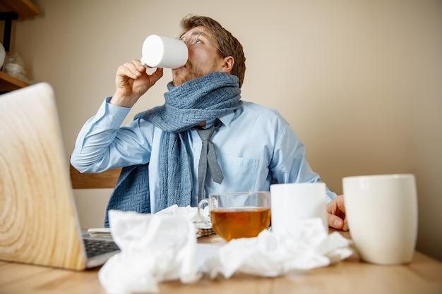 Uomo malato mentre si lavora in ufficio