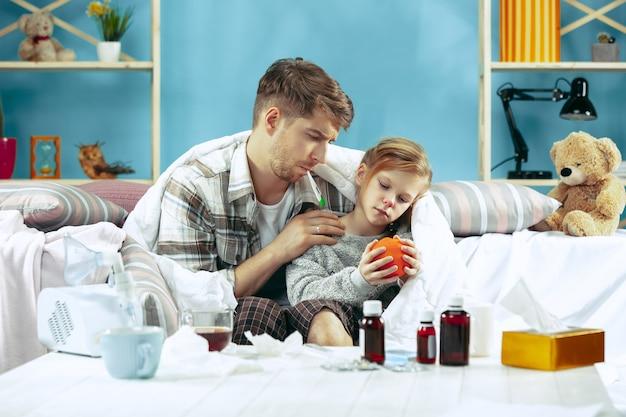 Больной мужчина с дочерью дома.