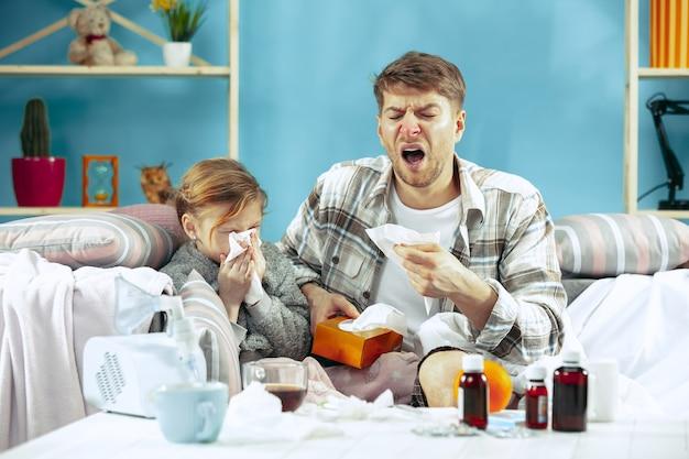Uomo malato con la figlia a casa.