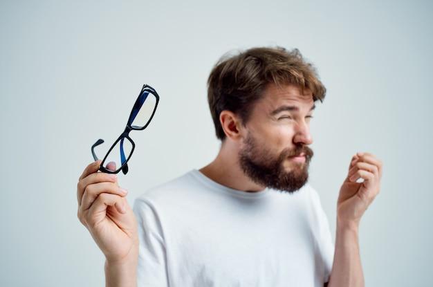 手に眼鏡をかけた病人視力問題孤立した背景