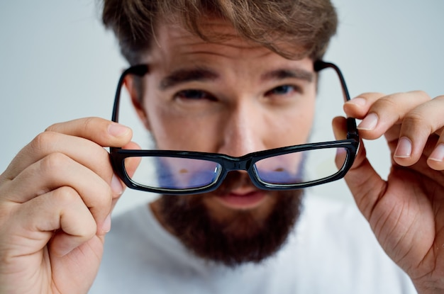 視力の悪い健康問題のクローズアップの病人