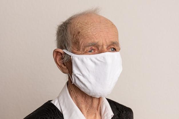 医療用フェイスマスクの肖像画を持つ病気の老人