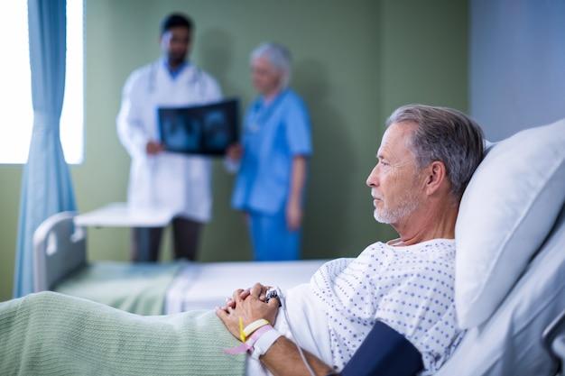 Больной пациент лежит на кровати