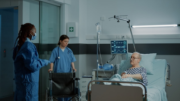 診療所の病棟の車椅子に座っている病気の患者