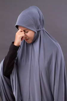 두통, 편두통, 현기증 증상이있는 아픈 스트레스 여성