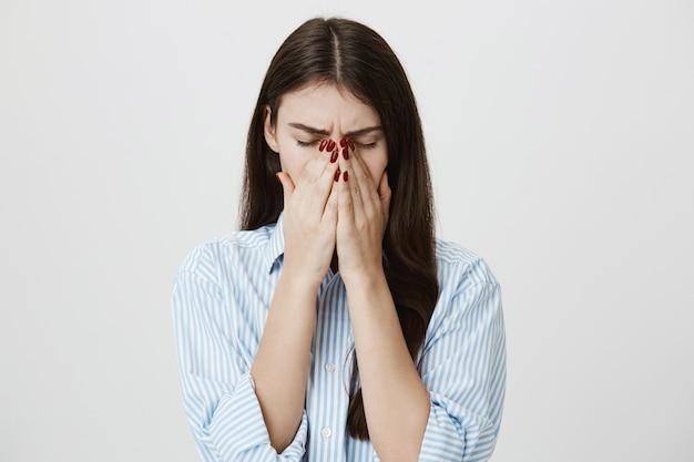 Больная женщина кашляет или чихает в ладонях