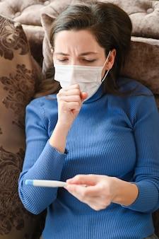 Больная женщина кашляет