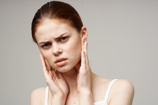 아픈 여자 귀 통증 중이염 건강 문제 감염 스튜디오 치료