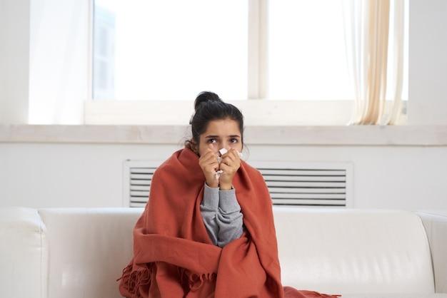 自宅で病気の女性インフルエンザ風邪治療