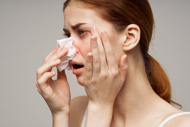 Больная женщина вирус инфекции гриппа проблемы со здоровьем изолированный фон