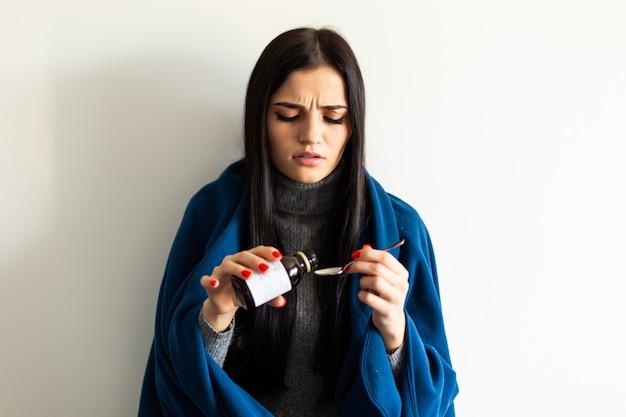 Больная женщина, женщина гриппа. поймали cold.shallow глубины резкости, молодая женщина принимает tratament в домашних условиях