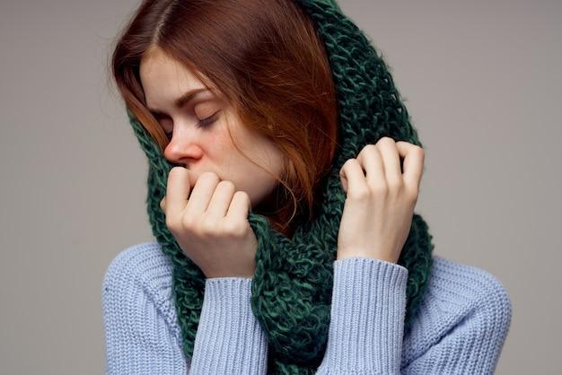 頭の孤立した背景に病気の女性の緑のスカーフ