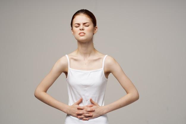 Больная женщина боль в паху интимная болезнь гинекология изолированный фон. фото высокого качества