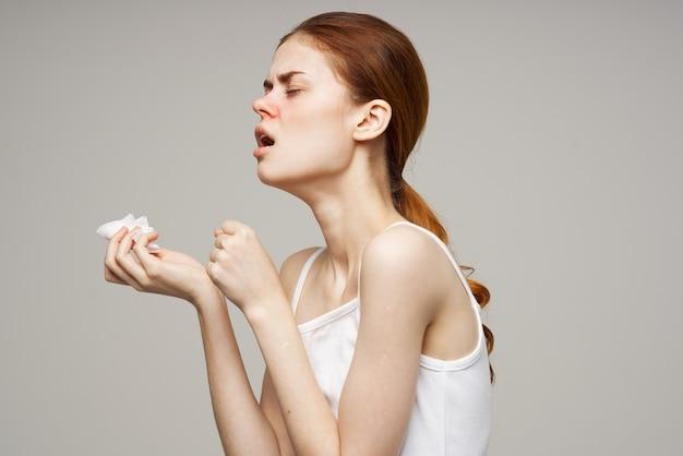 病気の女性ハンカチ鼻水感染症気分が悪い