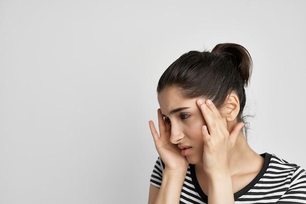 아픈 여자 두통 고통 증후군 불편 고립 된 배경
