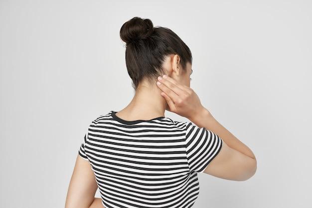 病気の女性の頭痛、痛みを伴う症候群、不快感、孤立した背景