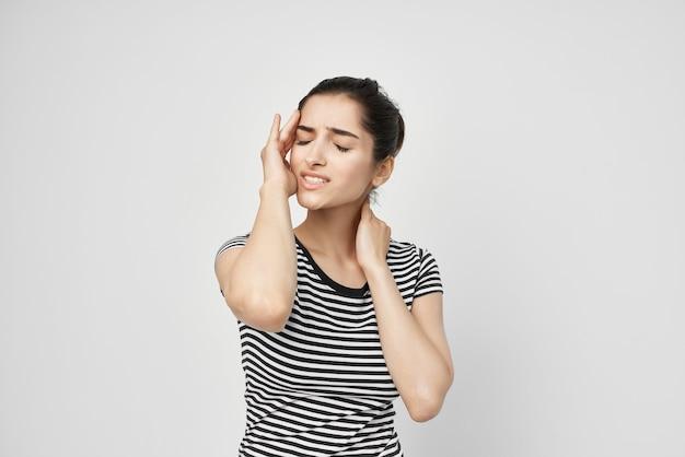 아픈 여자 두통 고통스러운 증후군 불편 밝은 배경. 고품질 사진