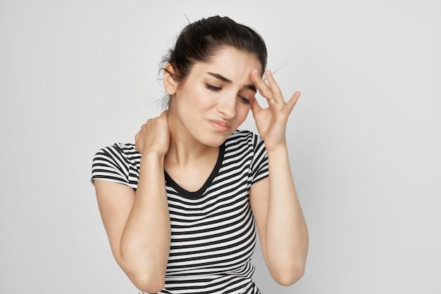 그의 머리 편두통 우울증 밝은 배경을 들고 아픈 여자