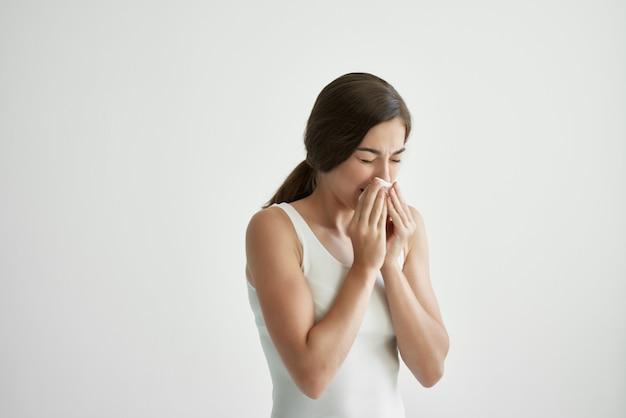 흰색 탱크 탑 손수건 콧물 건강 문제 감기 독감에 아픈 여자
