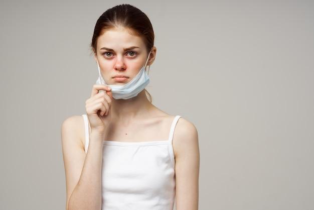 病気の女性の医療マスク冷たい不満スタジオ