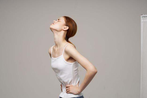 Больная женщина менструация проблемы со здоровьем гинекология расстройство студия лечения. фото высокого качества