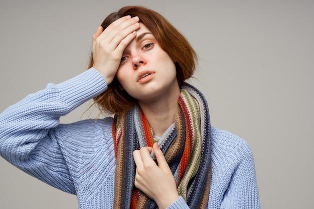 아픈 여자 목 스카프 차가운 손수건 밝은 배경