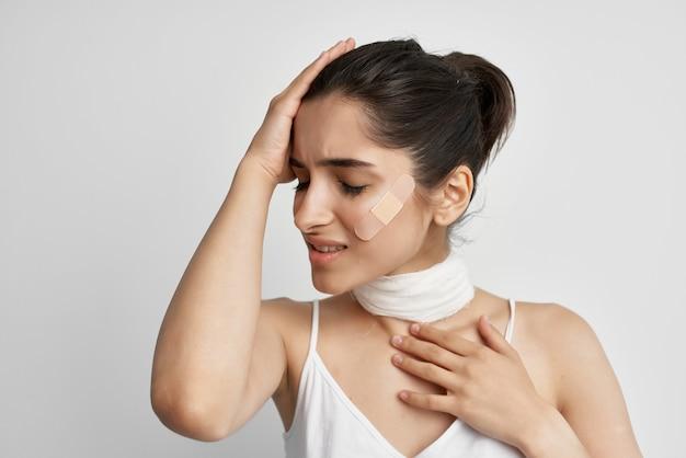 Больная женщина патч на лице боль депрессия изолированный фон. фото высокого качества
