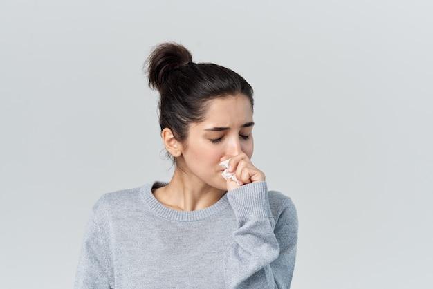 Больная женщина вытирает лицо платком недовольство проблемами со здоровьем
