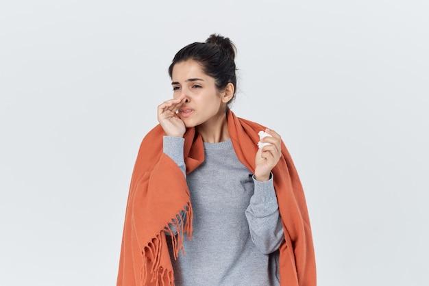 Больная женщина с одеялом на плечах холодные проблемы со здоровьем