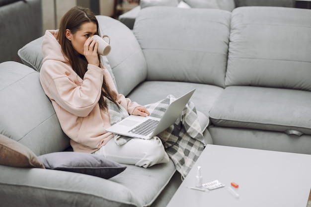 Donna malata con mal di testa seduto a casa