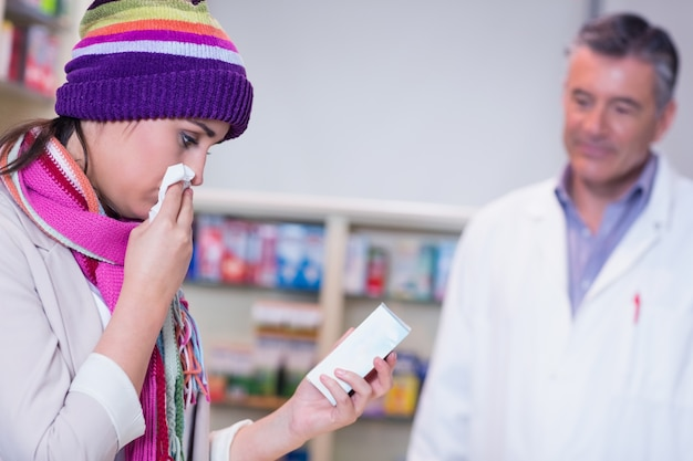 スカーフとカラフルな帽子を持つ病気の女