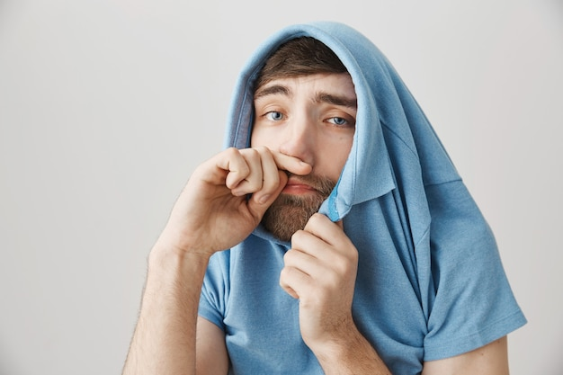 Больной молодой бородатый мужчина позирует