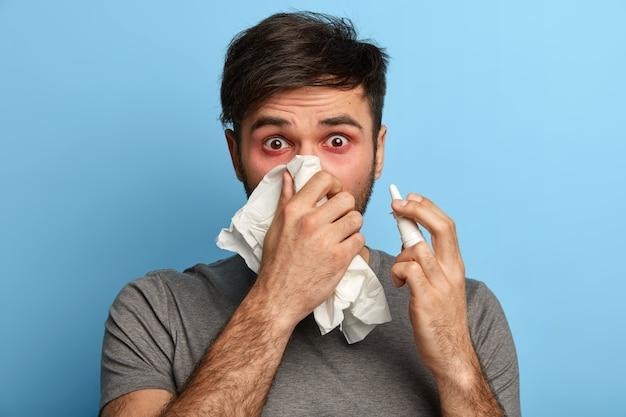 孤立したアレルギーに苦しんでいる病気の若い男